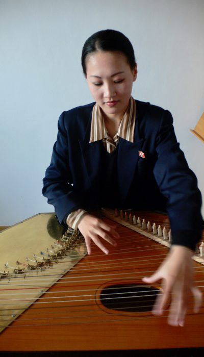playing the ongnyugum harp zither